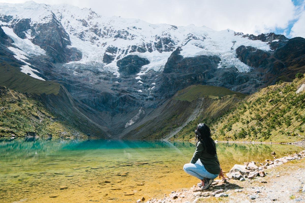 Mujer posando en Laguna Humantay