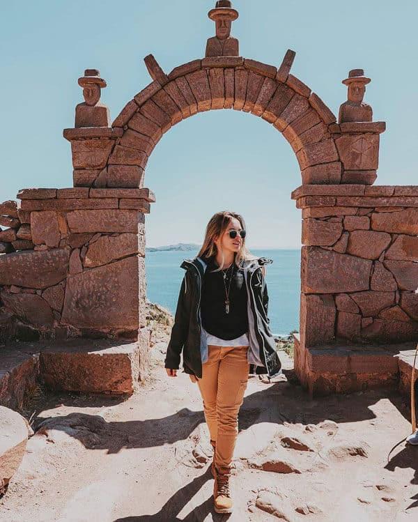 Mujer posando en Puno