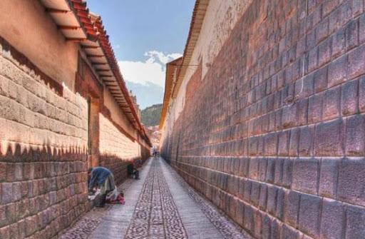 Amaru kancha o Templo de la Serpiente, hoy en día calle principal del Cusco