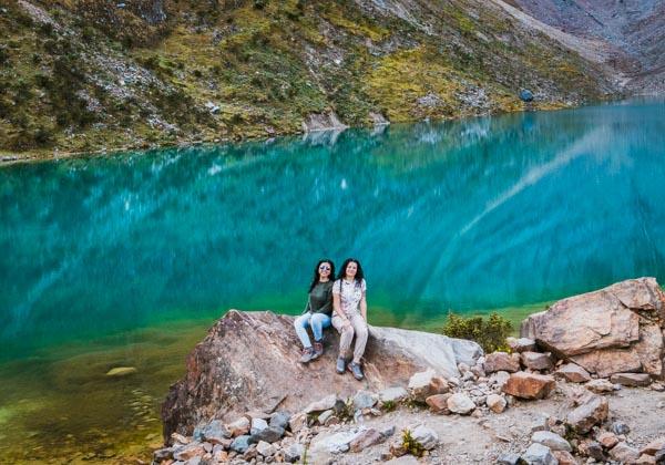 Foto destacada amigas posando en la laguna Humantay