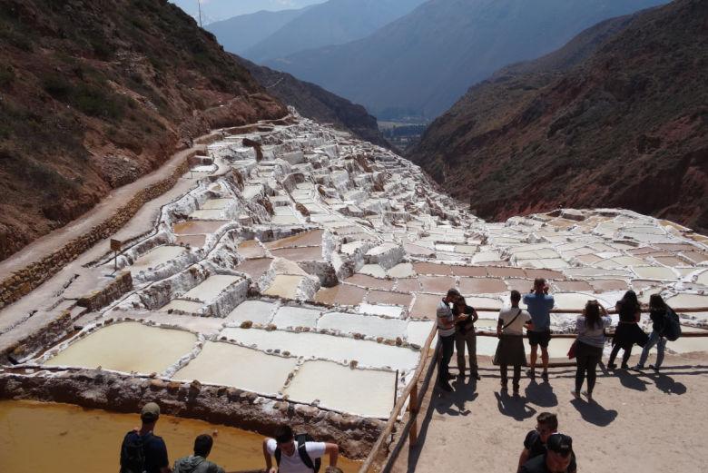 Turistas conocen las Salineras de Maras en Cusco