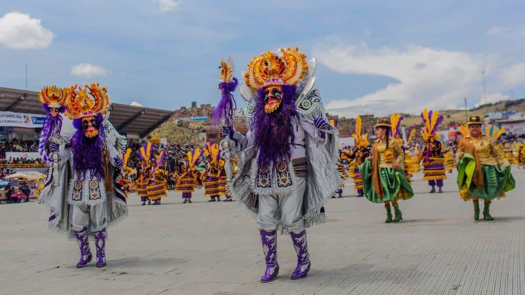 Los bailarines invaden las calles de la ciudad de Puno al ritmo de diferentes danzas